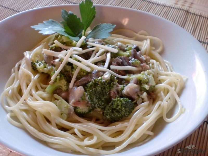 Špagety s žampionovo - brokolicovým přelivem
