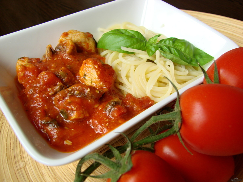Krůtí kousky s rajčatovo - bazalkovou omáčkou