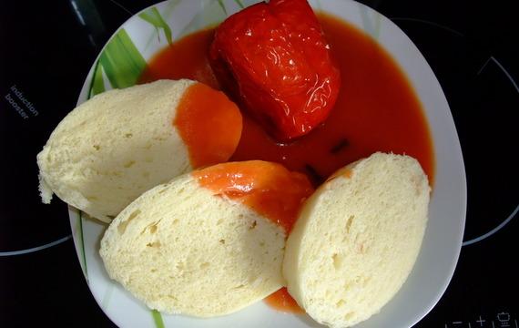 Plněné paprikové lusky s rajskou omáčkou