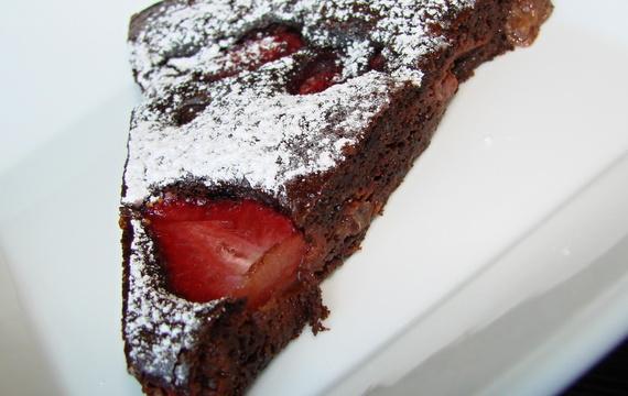 Čokoládový koláč s jahodami a třešněmi