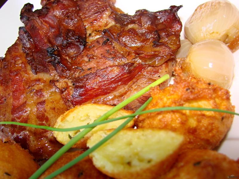 Pečená krkovička na cibuli, slanině a černém pivu