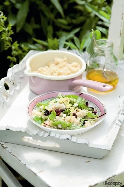 Salát z kuskusu s kozím sýrem a brusinkami
