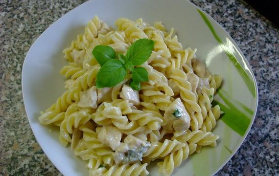 Těstoviny v gorgonzolové omáčce s  kuřecím masem a bazalkou