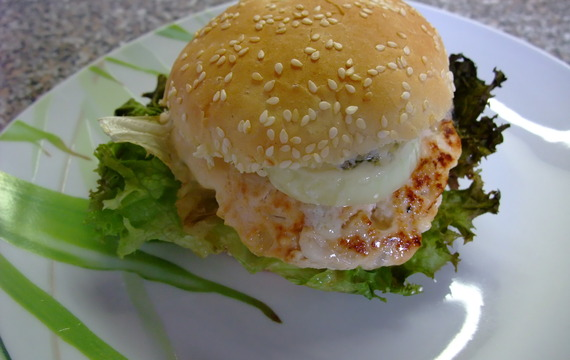 Kuřecí burger s avokádem, červenou cibulí a gorgonzolou