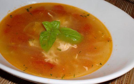 Letní polévka s rajčaty a bazalkou