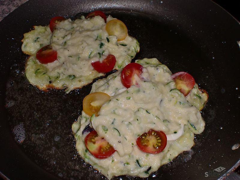 Letní bramboráčky s mozzarellou a rajčátky