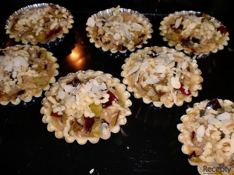 Mandlové tartaletky s jablky a švestkami