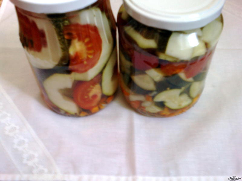 Sterilovaná cuketa s rajčaty a okurkami