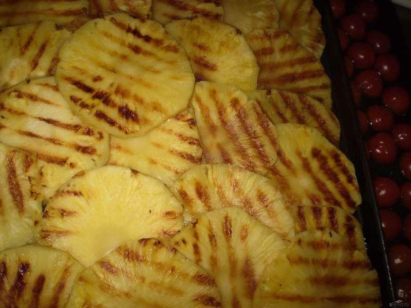 Grilovaný ananas s ovčím sýrem