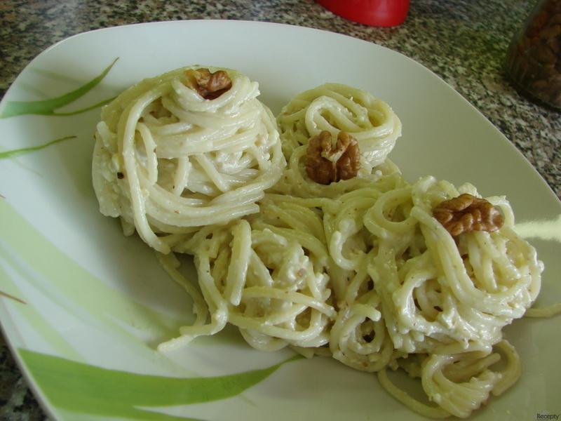 Špagety s nivou a ořechy