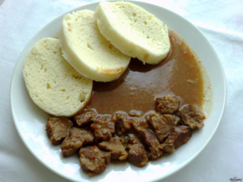 Guláš s kapií a česnekem