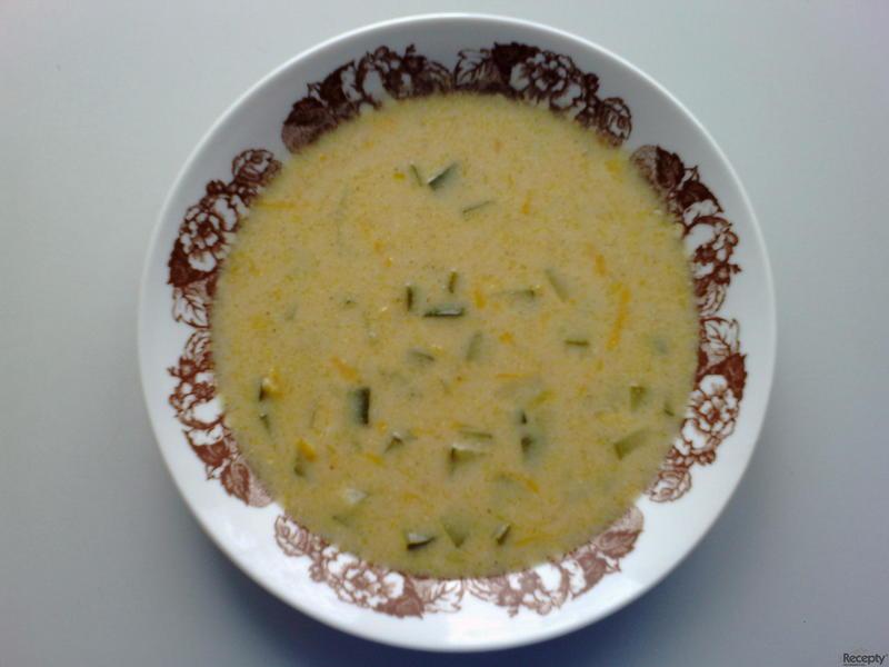 Cuketová polévka se smetanou