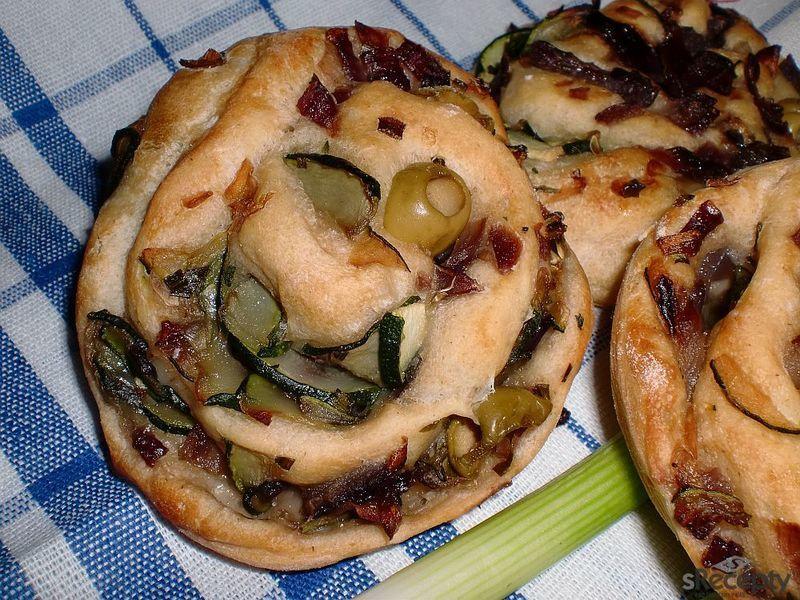 Chleboví šneci s cibulovou náplní podle Apetitu