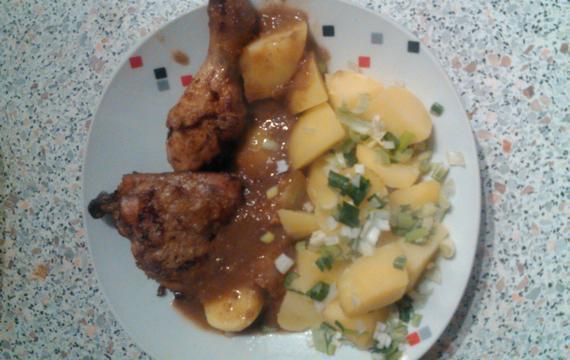 Kuře s brambory a jarní cibulkou