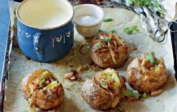 Brambory pečené ve slupce se slaninou, cibulí a majoránkou
