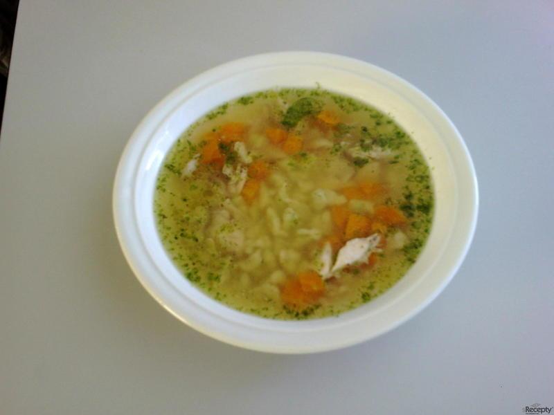 Kuřecí polévka se zavářkou