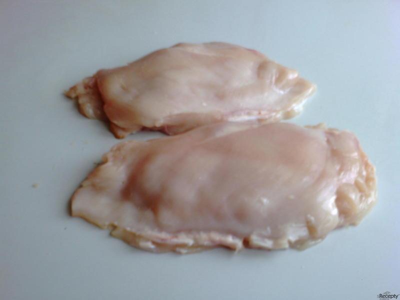 Smažené plněné kuřecí prso v housce