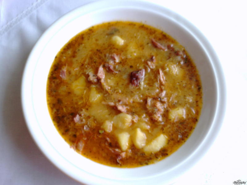 Polévka z uzených kostí a zelí