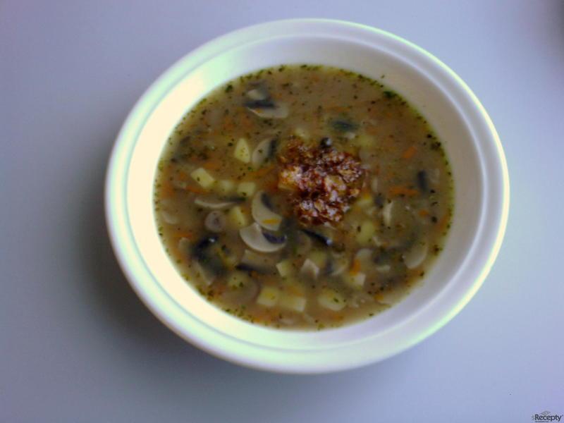 Žampiónová polévka s cibulkou