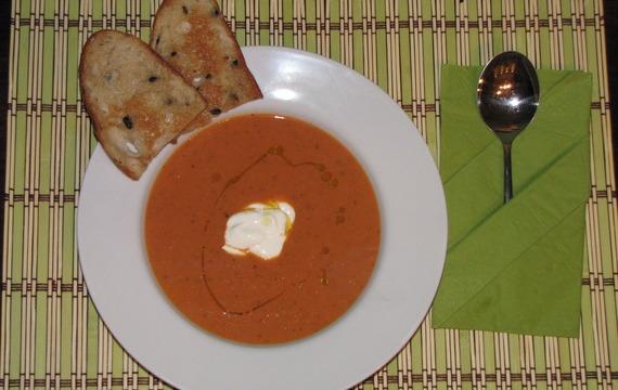 Rajčatová polévka s krutony