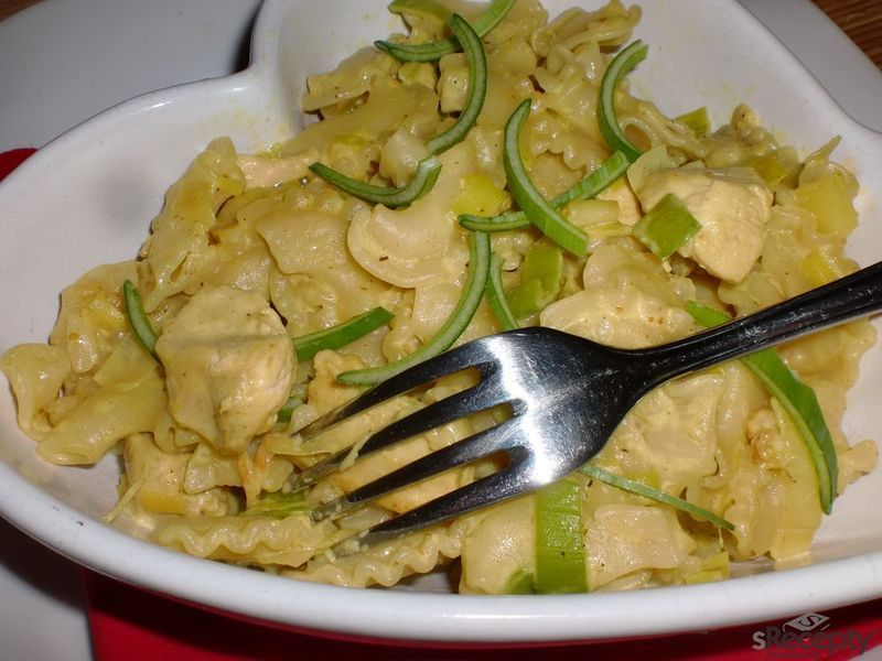 Těstoviny s pórkem a kuřecím na kari