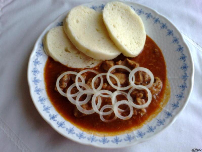 Vepřový guláš s chlebem