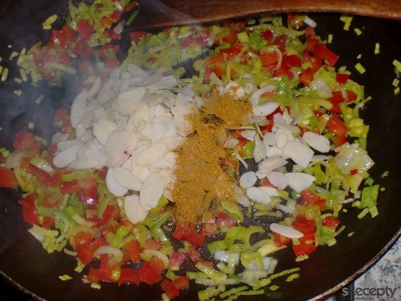 Rýže se zeleninou a mandlemi