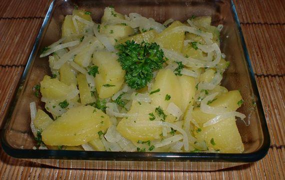 Teplý bramborovo - cibulový salát
