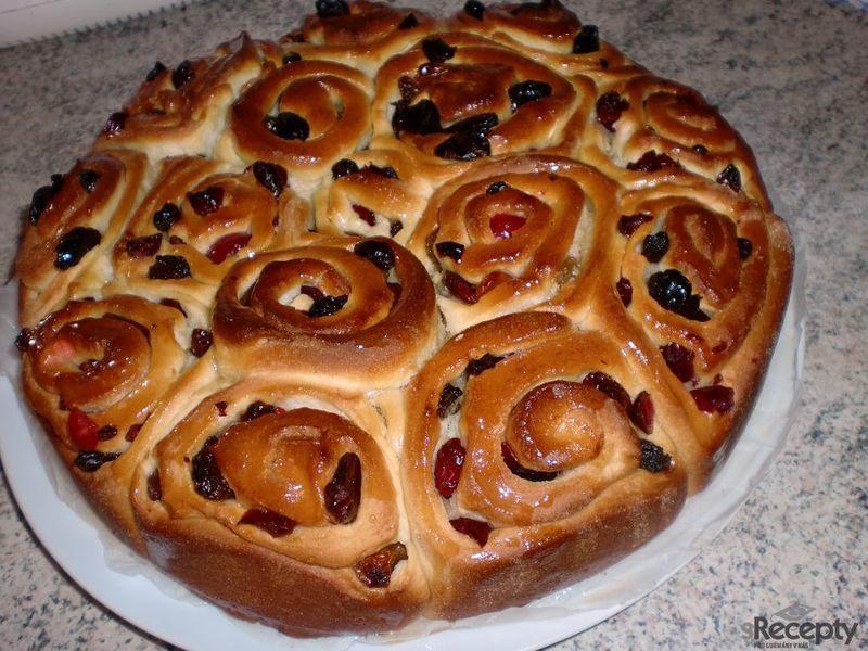 Velikonoční růžičkový koláč s medovou polevou