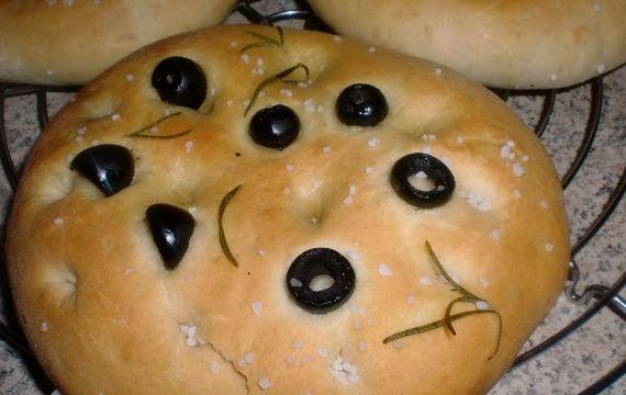 Italská focaccia s olivami a rozmarýnem
