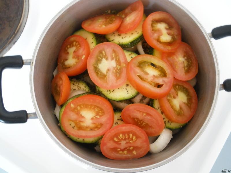 Pečená cuketa s rajčaty a cibulí
