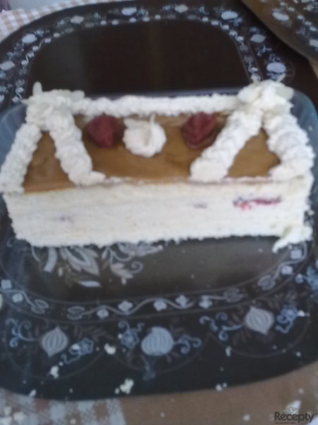 Karamelový dort s jahodami