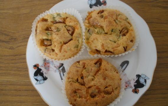 Muffiny s jarní cibulkou a klobáskou