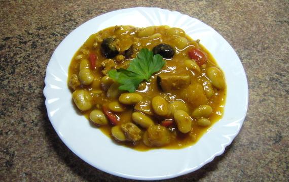 Pikantní fazole s mletým masem, zeleninou a klobásou