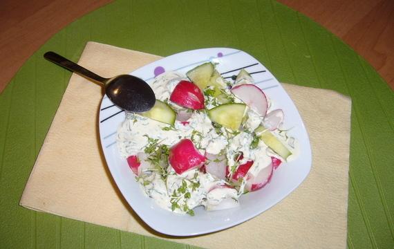 Salát z řeřichy, ředkviček a okurky