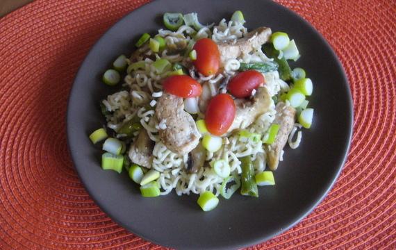 Kuřecí maso s nudlemi a zeleninou