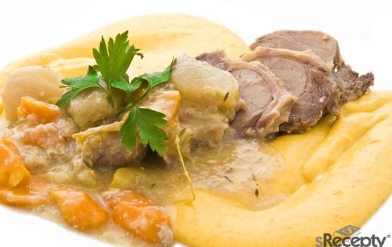 Telecí pečeně v mléce s česnekem a zeleninou