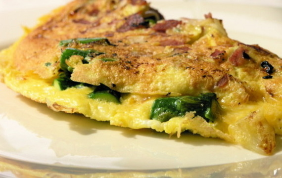 Omeleta se sýrem, pečenou paprikou a cuketou