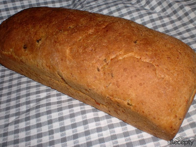 Sýrový chlebík s olivami a schwarzwaldskou šunkou