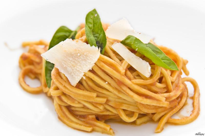 Tagliolini s domácí rajčatovou omáčkou, bazalkou a parmezánem