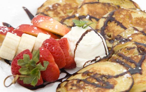 Lívanečky s řeckým jogurtem, čerstvými jahodami a čokoládou