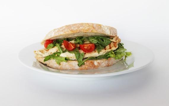 Kuřecí sendvič s rajčaty a žampiony