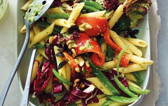 Těstovinový salát s paprikou a čekankou