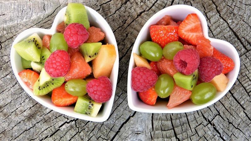 Barevný salát s malinami