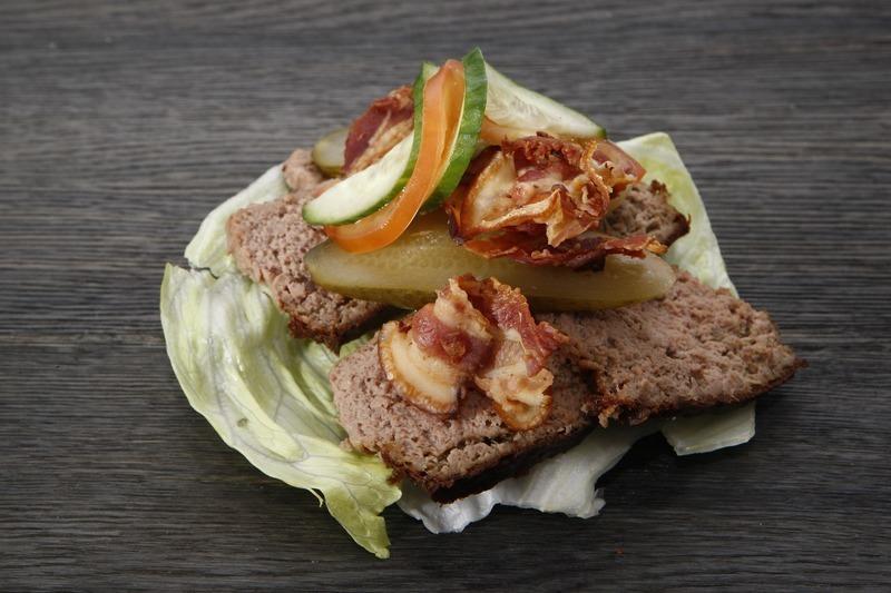 Salát s opečeným chlebem a kapary