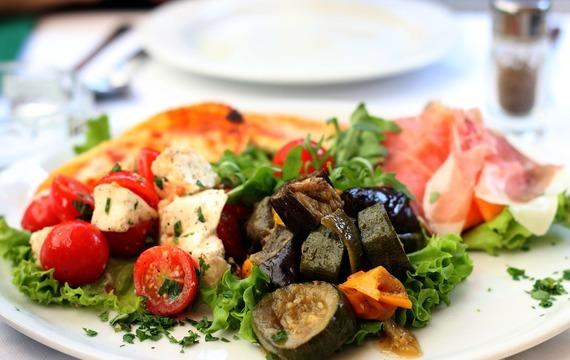 Salát s olivami a parmskou šunkou
