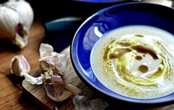Polévka z pečeného česneku s bylinkami