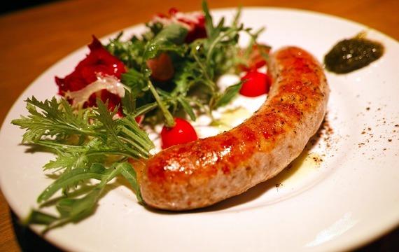 Klobásky salsiccia s paprikovou omáčkou a polentou