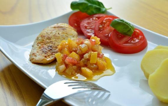 Kořeněné kuře s mangovým salátem