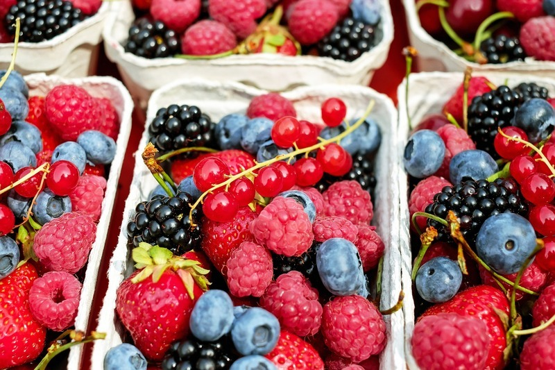 Snídaňová mísa s ovocem a oříšky